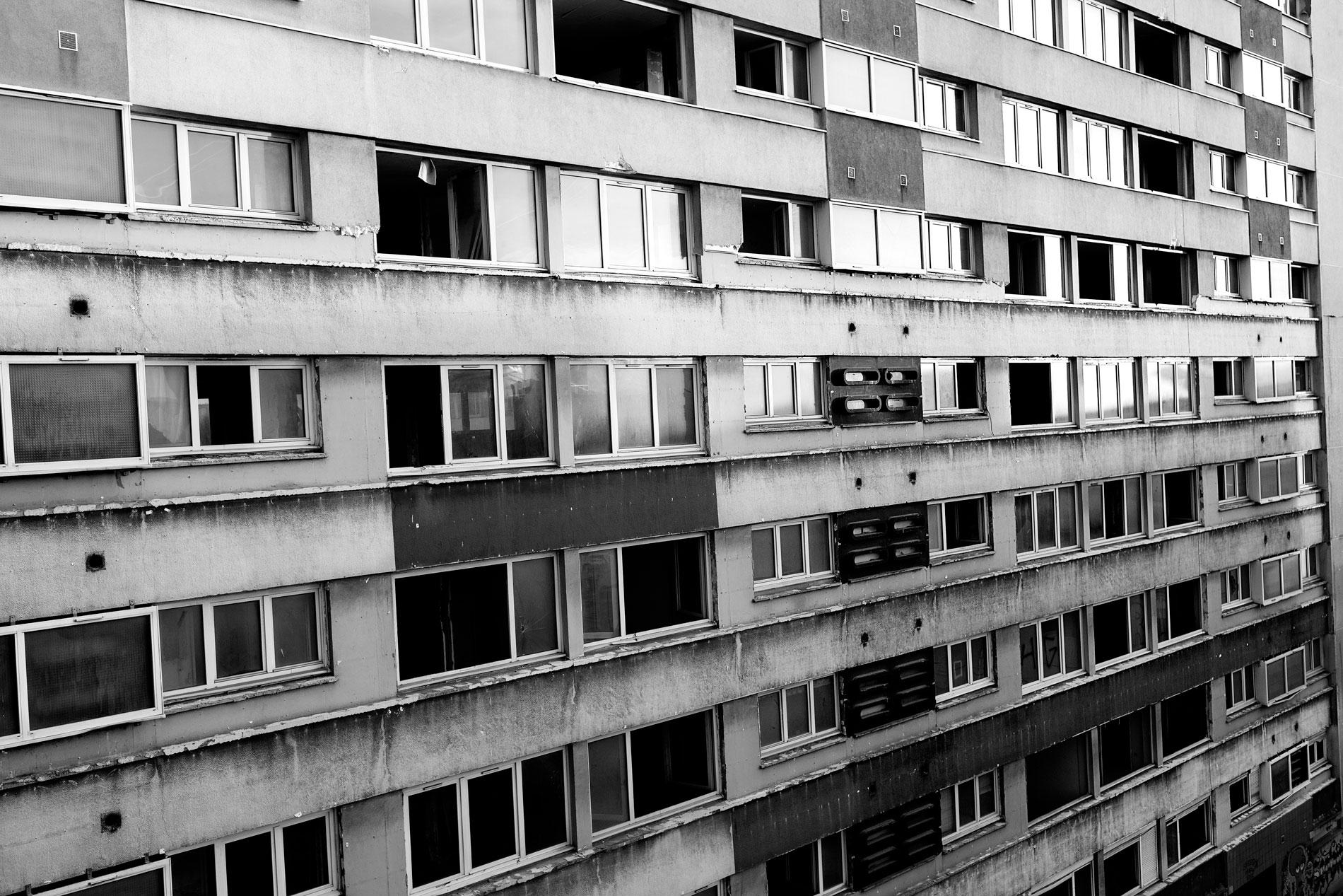 LIFE IN THE PARIS SUBURBS TNY002
