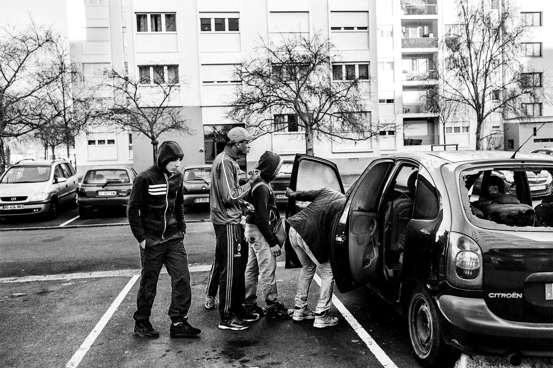 LIFE IN THE PARIS SUBURBS TNY003