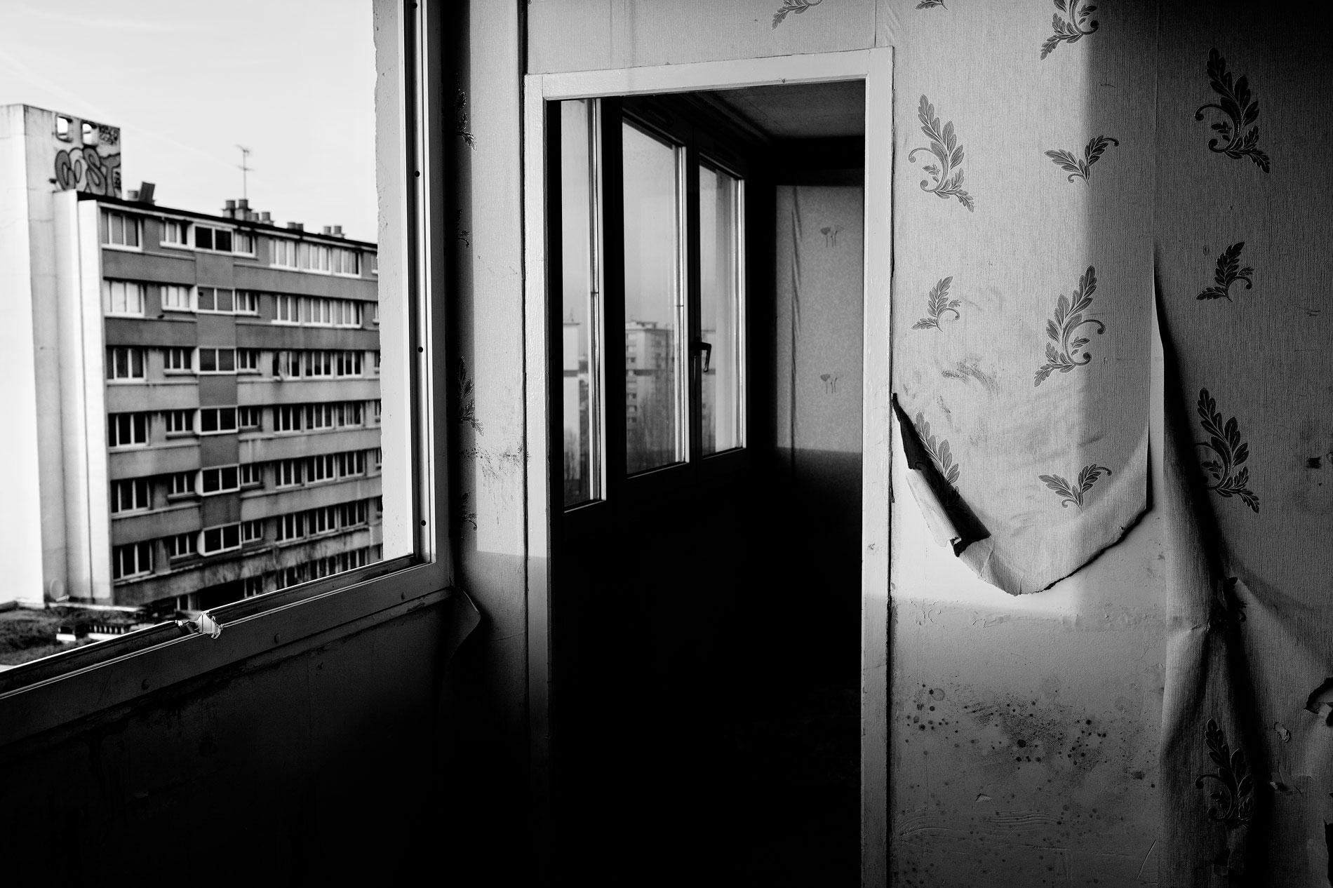 LIFE IN THE PARIS SUBURBS TNY009